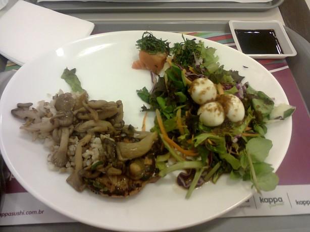 Arroz integral com cogumelos, hamburguer de salmão e gergelim e salada de folhas com ovo de codorna